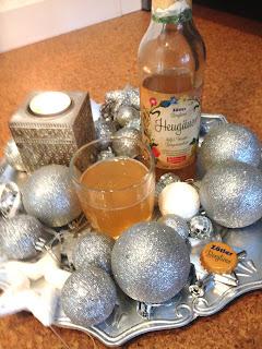 Glas und Flasche der Zötler Berglimo Heugäuer Apfel- Traube- Bergwiesenheu