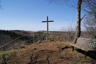 Rastplatz mit Gipfelkreuz und Aussicht.