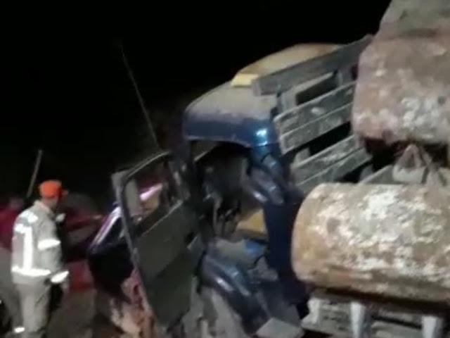 Acidente entre caminhão com toras de madeira e carro deixa dois mortos