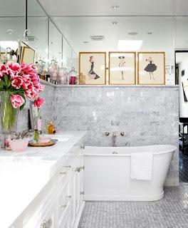 bagno con specchi in alto immagine