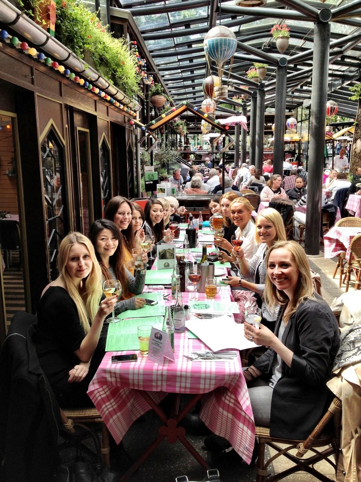 Bazar, piger, veninder, fest, Grøften, sjov, øl, smørebrød, lukker, slut, redaktion, arbejde, vi unge, frk. lund