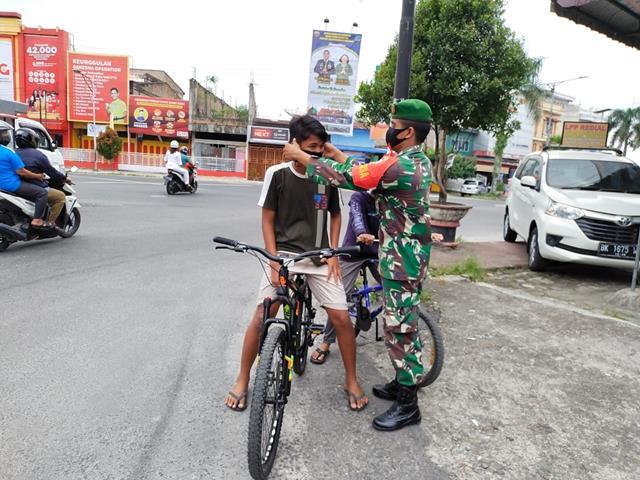 Dalam Rangka Cegah Penyebaran Covid-19, Personel Jajaran Kodim 0207/Simalungun Edukasi Pakai Masker