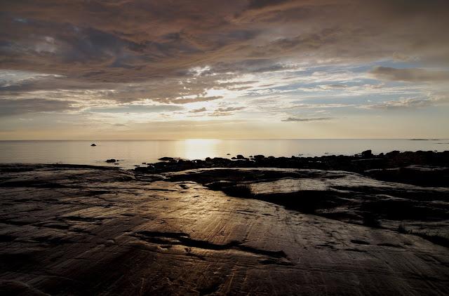 Sileää merenrantakalliota auringonlaskussa