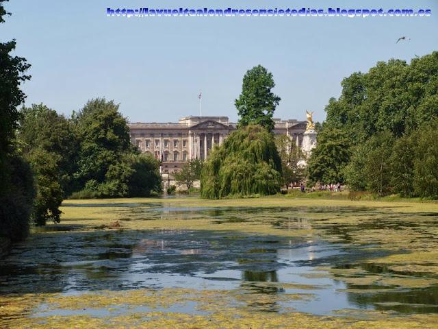 Vista del Palacio de Buckingham desde el parque de St. James