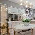Cozinha contemporânea e sofisticada com revestimento geométrico cinza e cristaleira vidro reflecta!
