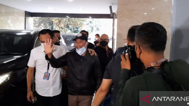 Dadah-dadah saat Digelandang ke Bareskrim, Muhammad Kece: Semoga Bangsa Indonesia Sadar!