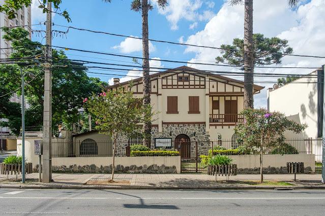 A antiga casa de Bento Munhoz da Rocha Netto e de Flora Munhoz da Rocha na Al. Dr. Carlos de Carvalho