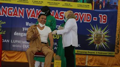 Karena Bupati Dinas Luar, Sekda Pasbar Menjadi Orang Pertama Disuntik Vaksin Sinovac