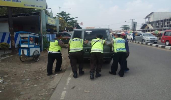 Luar Biasa, Polisi Ini Sigap Dorong Mobil Pemudik yang Mogok di Jalan