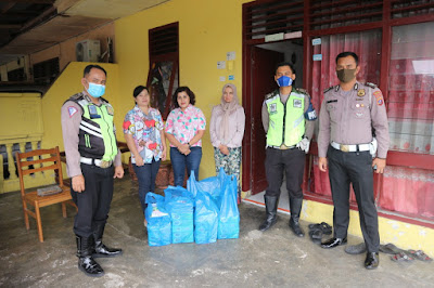 Bhayangkari Cabang Simalungun Bagi Nasi Kotak Gratis ke Warga Kurang Mampu