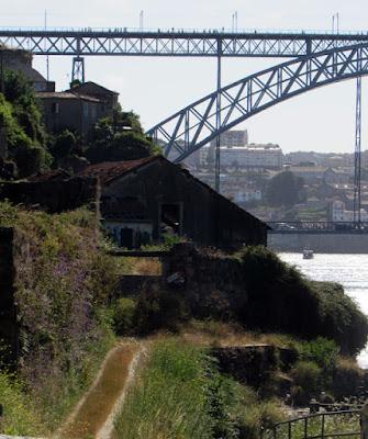 caminho e vista para a ponte luis I