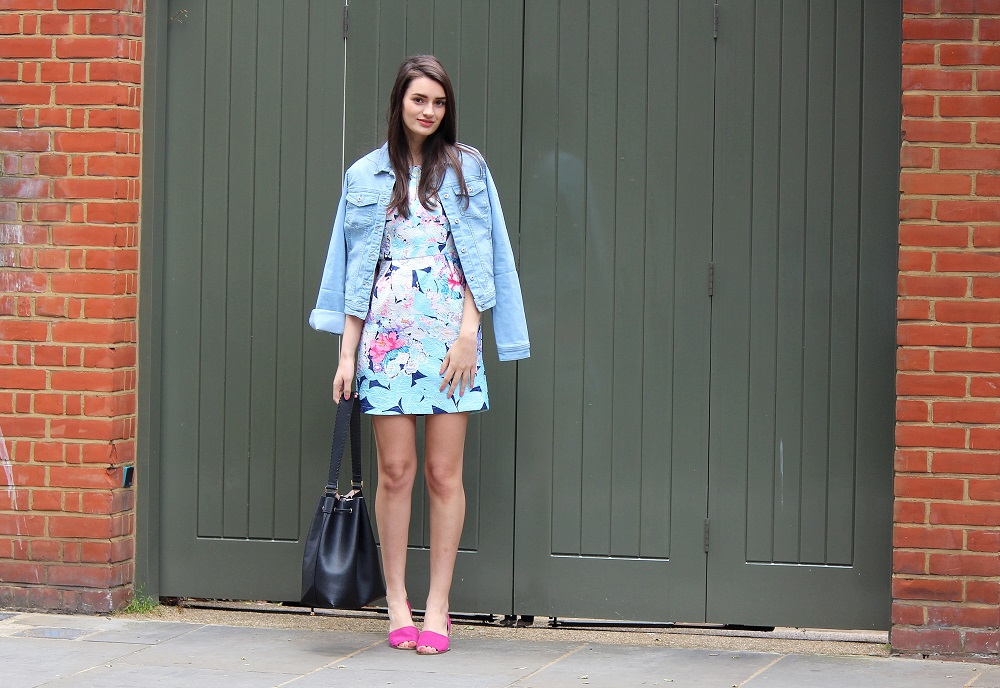 peexo fashion blogger wearing denim jacket and floral dress and pink sandals