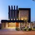 Fachada de casa contemporânea com volumetria e vãos iluminados revestida de pedra ferro!