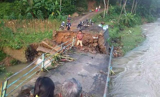 jembatan penghubung rusakparah diterjang banjir bandang