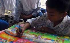 Seorang anak SD sedang melukis; mengekspresikan pengalmannya