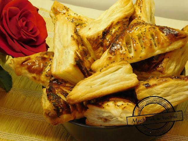 Ciasteczka francuskie z pikantną gruszką Ciasto francuskie grafika przepisy ciekawe z wykorzystaniem gotowego ciasta francuskiego jak zrobić ciasto francuskie MwK Mechanik w kuchni kucharz czapka kucharska kitel kucharski