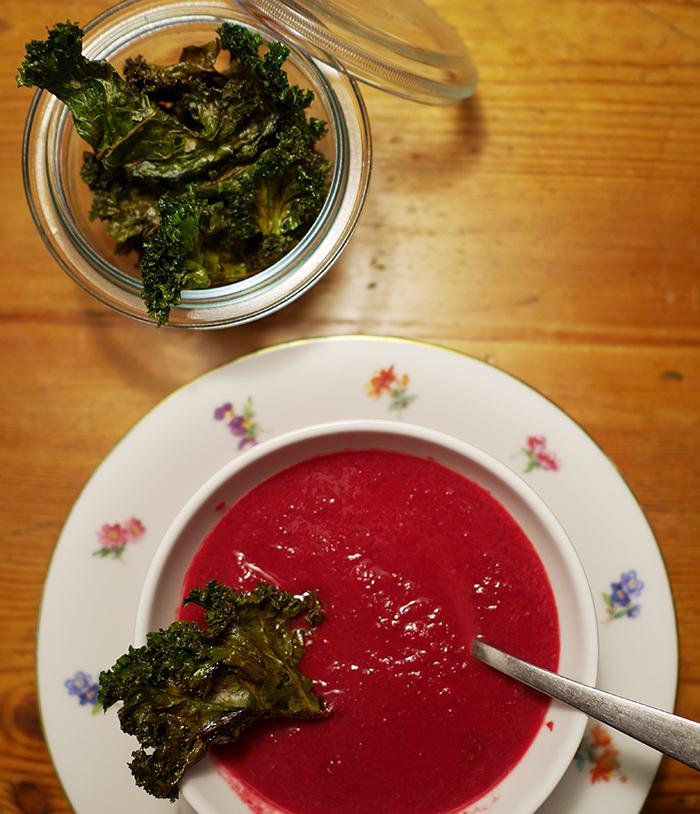 Rote-Bete-Suppe mit Grünkohlchips