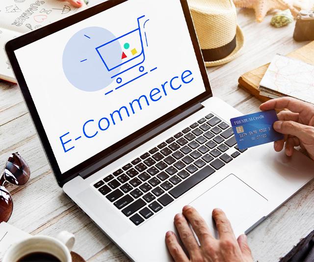 cliente tomando cuidado para evitar fraudes nas compras online