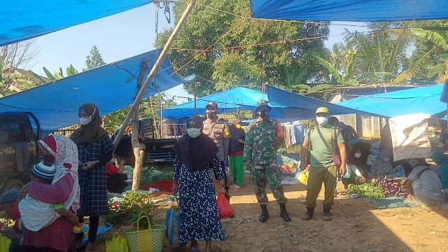 Babinsa & Bhabinkamtibmas Polsek Abung tengah Himbau Prokes Kamtibmas di Pasar Subik