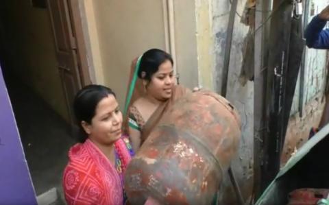 प्रधानमंत्री नरेंद्र मोदी के संसदीय क्षेत्र में महिलाओं ने कचरे में फेका सिलिंडर
