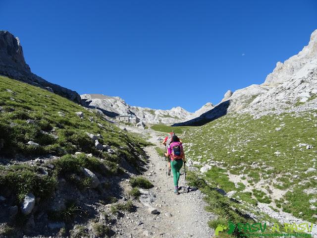 Ruta Pandebano - Refugio de Cabrones: Entrando en la Vega de Urriellu