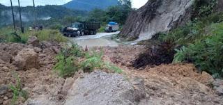 Jalan Tertimbun Longsor,  Kendaraan Pakkat - Dolok Sanggul Lumpuh Total