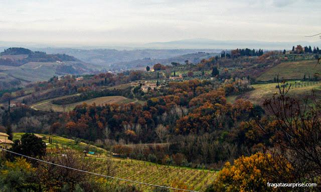 Os campos da Toscana vistos da trilha que contorna a muralha de San Gimignano