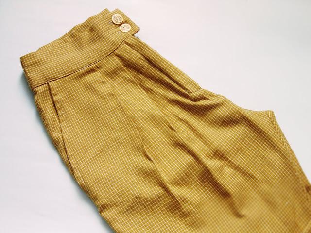 Klasyczne musztardowe spodnie z zakładkami
