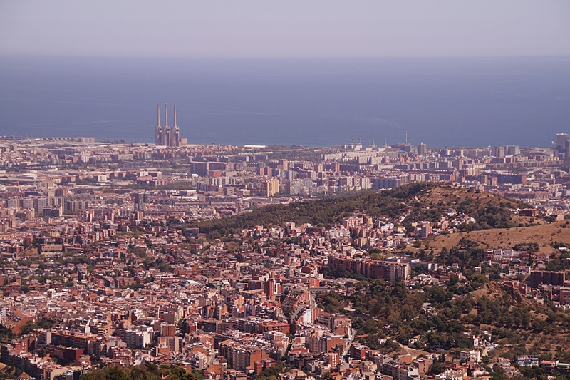 Ausblick von Barcelonas Hausberg Tibidabo auf Stadt und Meer im Sommer