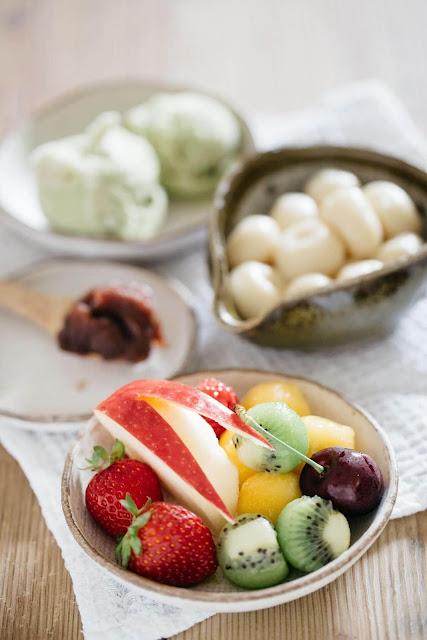 Anmitsu là một món tráng miệng truyền thống của Nhật Bản rất được yêu thích trong những tháng hè nắng nóng. Một bát anmitsu thường gồm thạch rau câu, bánh nếp, mứt đậu đỏ, kem vani hoặc trà xanh, siro đường nâu và các loại trái cây khác nhau được cắt miếng nhỏ. Anmitsu mang một vẻ đẹp rất tinh tế nhờ sự kết hợp hài hòa của màu sắc và những nguyên liệu tự nhiên đúng chất Nhật Bản.