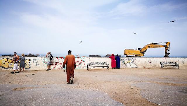 Turyści i lokalna społeczność w Essaouira, Maroko
