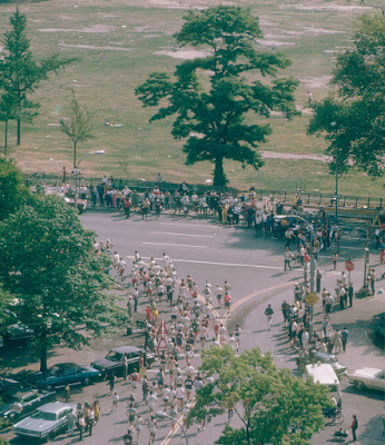 Runners in the first New York City Marathon turn onto Park Drive in Central Park, 1970. (Ruth Orkin/Ruth Orkin Photo Archive)