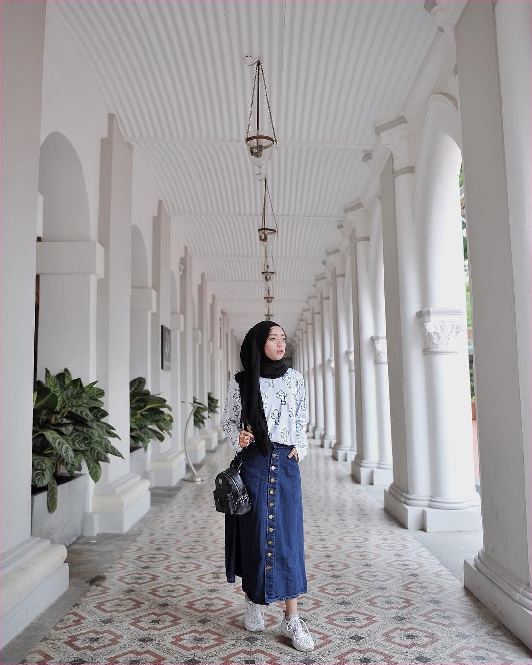 Outfit Rok Untuk Hijabers Ala Selebgram 2018 kets sneakers putih rok jeans denim skirt slingbags hijab pashmina satin hitam top blouse biru muda ootd trendy