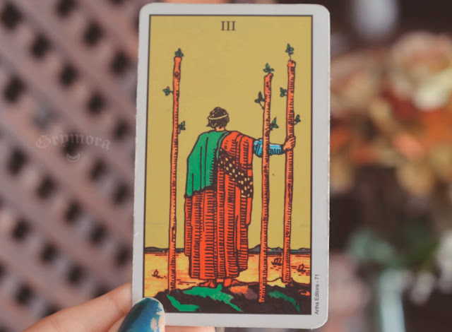 Saiba o significado da carta 3 de paus no tarot do amor, trabalho e dinheiro, na saúde, como conselho e como obstáculo.