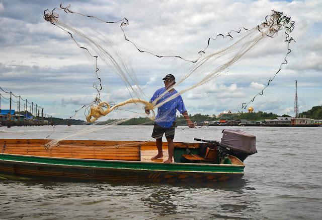 """Ngoài ra, bạn còn có thể ghé thăm khu làng nổi Kampong Ayer lớn nhất thế giới. Trên trang cá nhân, blogger Thiện Nguyễn từng chia sẻ: """"Người dân sống trong những ngôi nhà sàn trên sông nước nhưng rất đầy đủ tiện nghi. Nước sạch được dẫn đến từng hộ gia đình và mỗi nhà đều có máy lạnh"""". Vùng đất này hứa hẹn sẽ cho bạn cơ hội trải nghiệm và hiểu hơn văn hóa cũng như thưởng thức ẩm thực đặc trưng của người bản địa."""