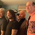 John Travolta se toma foto junto a los miembros de Nirvana luego de su reencuentro