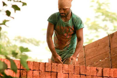 Foto pria tampan dan ganteng rela bekerja sebagai buruh bangunan