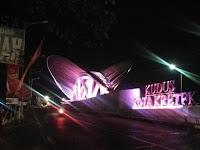 Gerbang Kudus Kota Kretek bercahaya warna-warni saat malam hari