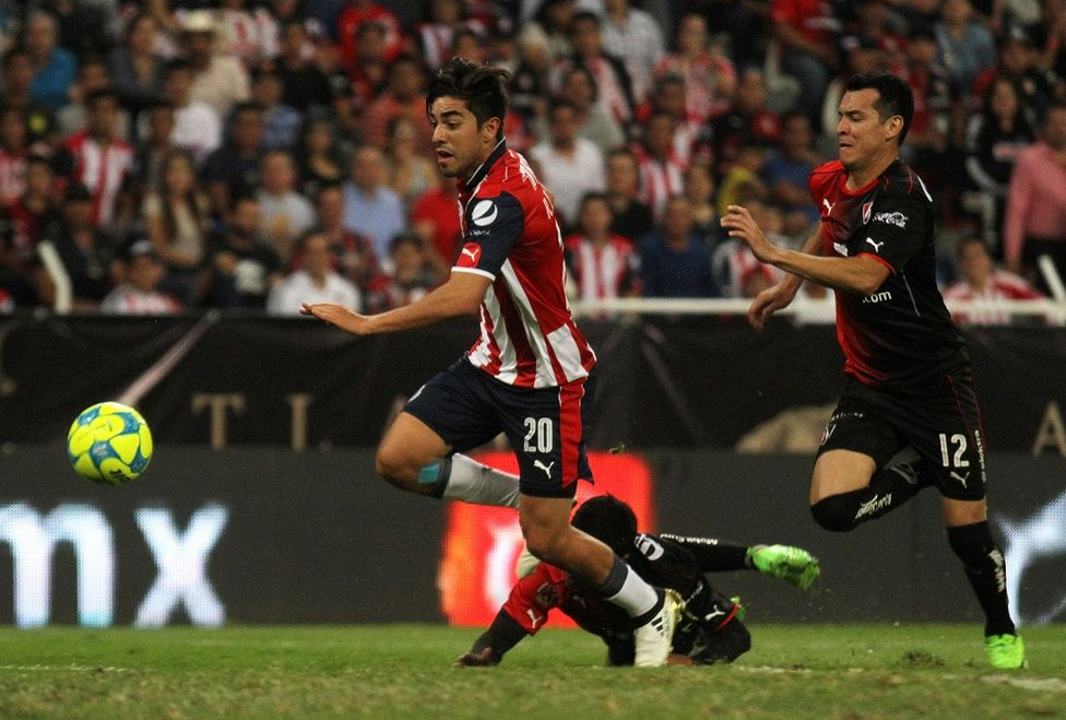 Rodolfo Pizarro, atacante de Chivas molesto con el cuerpo arbitral porque le anuló un gol.