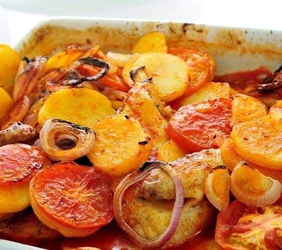 صينية بطاطس بالدجاج مع طماطم وبصل