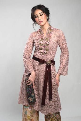 Model Batik Dengan Kombinasi Brokat