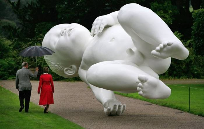 This bronze sculpture of a 7-month-old baby, creating the illusion of lightness, is located in one of the English parks. The author of the work is the English artist Mark Quinn.