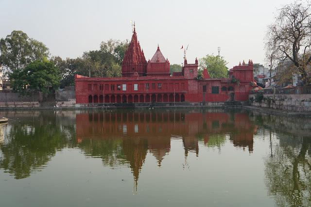 Kuil Dewi Durga berwarna merah