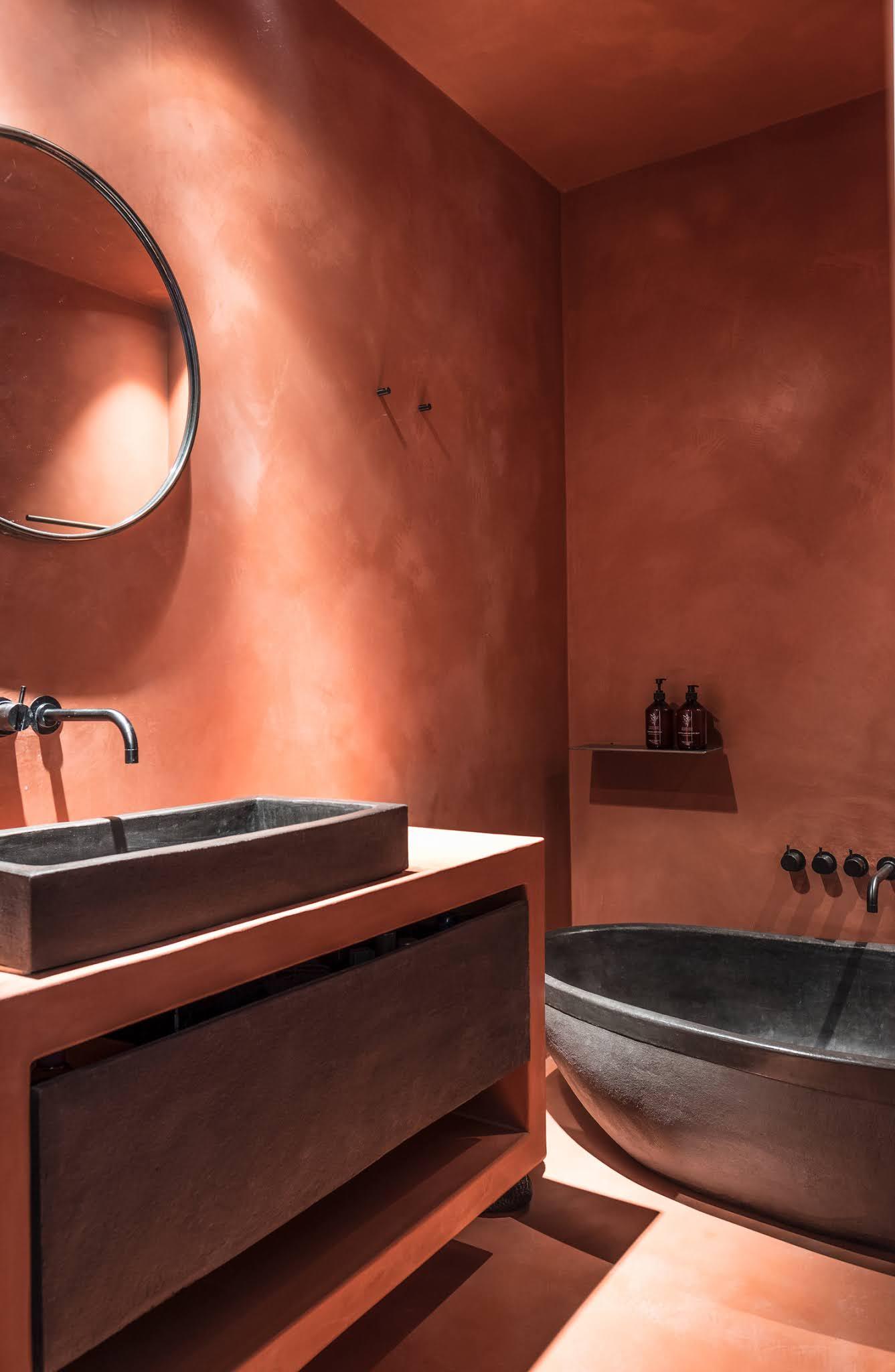 une salle de bains en tadelakt terracotta pour murs et plafond