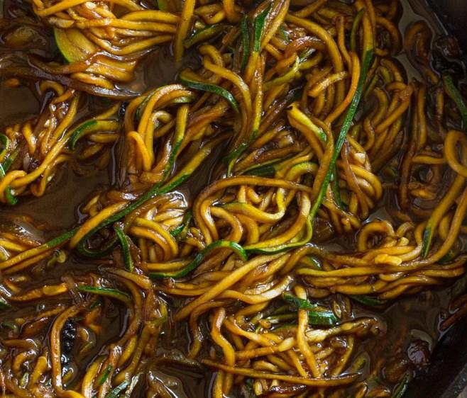 EASY 10 MINUTE ASIAN ZUCCHINI NOODLES (low-carb, Paleo) #diet #vegetariandiet