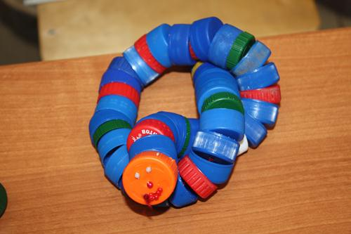 bottle cap snake craft for kids, DIY fun toys, scrape materials