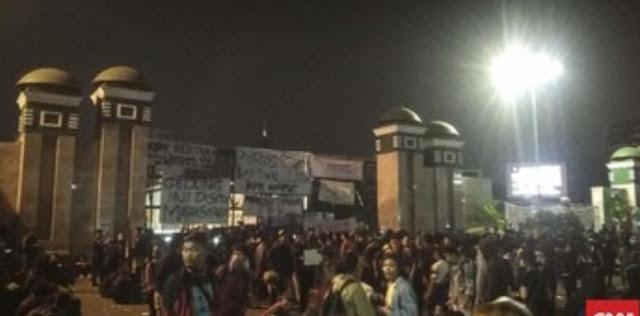 Demo Ricuh, Mahasiswa Jebol Pagar DPR