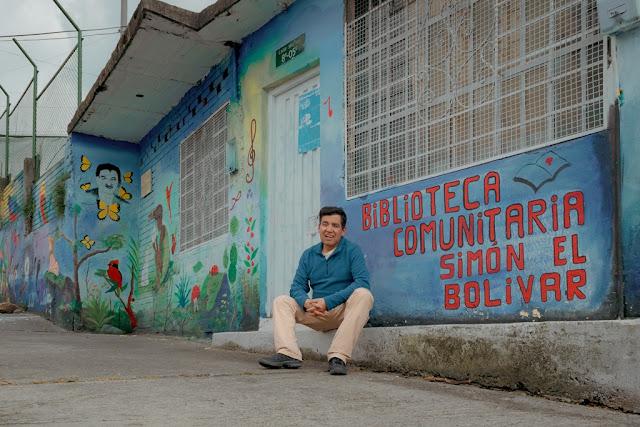 Bustos, en el umbral de la biblioteca de barriada que fundó con su esposa, la maestra y gestora cultural Anadelina Amado.