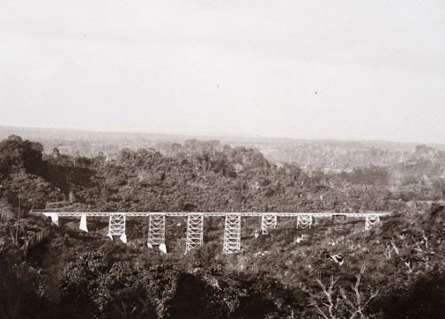 English: Railway bridge between Banjar and Cijulang Nederlands: Foto. Spoorbrug op het traject Bandjar - Tjidjoelang G.F.J. (Georg Friedrich Johannes) Bley (Fotograaf/photographer). Sumber : COLLECTIE_TROPENMUSEUM http://commons.wikimedia.org/wiki/File:COLLECTIE_TROPENMUSEUM_Spoorbrug_op_het_traject_Bandjar_-_Tjidjoelang_TMnr_60016850.jpg