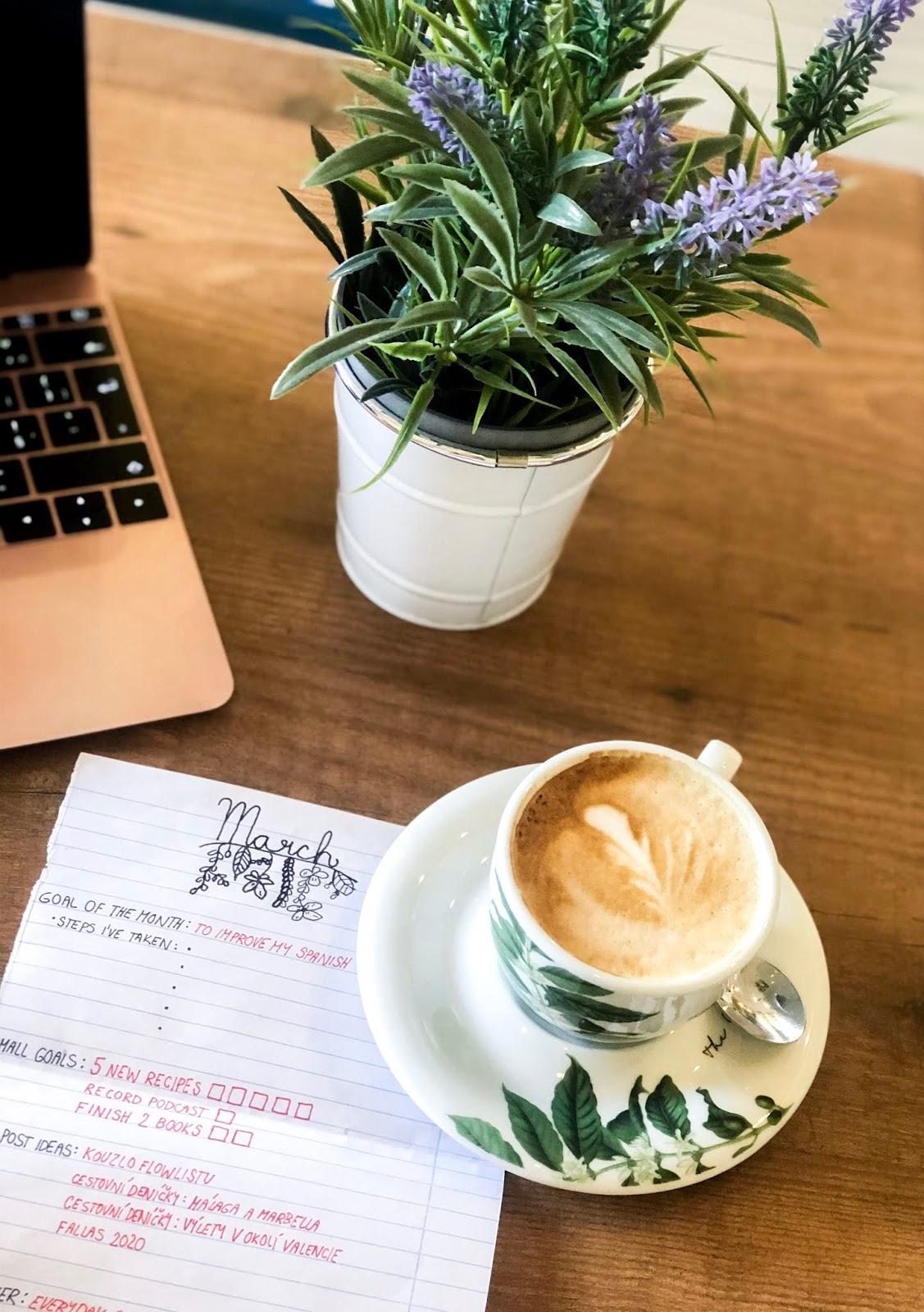 flowlist vytvořit nové zvyky flatlay kavárna počítač